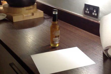 Comment ouvrir une bière avec une feuille de papier ?