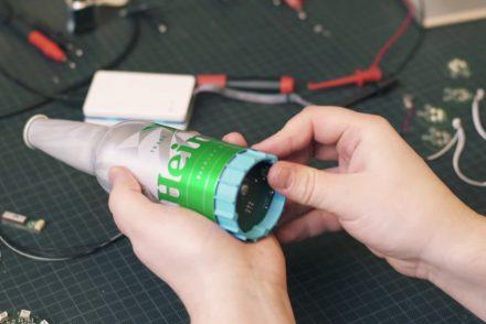 Une bouteille Heineken équipée d'un GPS pour des visites guidées