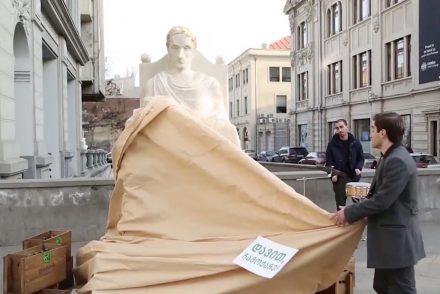 En Géorgie, une marque de bière fait des statues pour ses fans